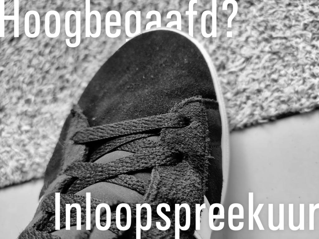 Gymschoen op een deurmat in zwart/wit met op de deurmat de tekst: Hoogbegaafd? Inloopspreekuur