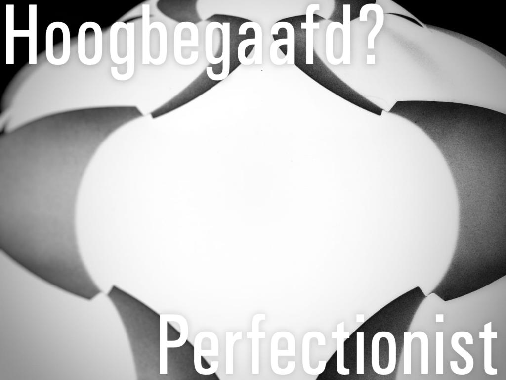 Een symmetrische zwart/wit afbeelding van een deel van een designlamp met daarin de tekst: Hoogbegaafd? Perfectionist